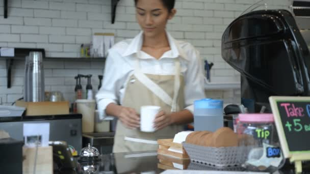 Coffee Shop koncepció. Ázsiai pincérnő a sör kávét a boltban. 4k felbontás.