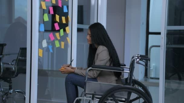 Geschäftskonzepte. das behinderte Mädchen schreibt eine Stellungnahme zum Büro. 4k-Auflösung.