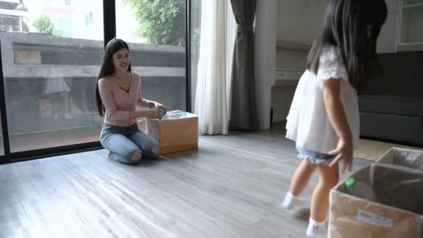 Koncept dovolené. Dcera pomáhá matce oddělovat odpadky. Rozlišení 4k.
