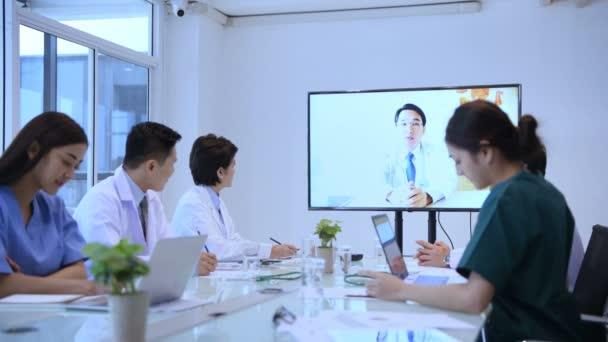 Lékařský koncept. Lékařský tým komunikuje s videohovory. V zasedací místnosti nemocnice. Rozlišení 4k.