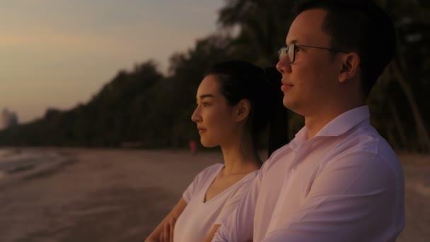 Ferienkonzept. Männer und Frauen blicken gespannt auf den Strand. 4k-Auflösung.