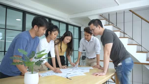 Geschäftskonzept. Das Team arbeitet zusammen, um ein Treffen zu planen. 4k-Auflösung.