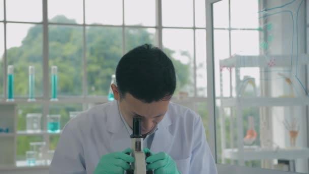 Tudományos fogalom. A tudósok vizsgálják és rögzítik a kísérleti adatokat. 4k felbontás.