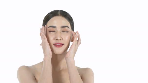 Krásný koncept. Krásná žena si něžně hladí obličej na bílém pozadí. Rozlišení 4k.