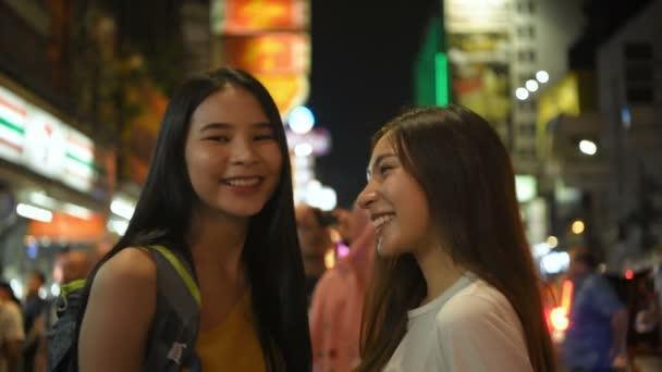Reisekonzept. Eine Gruppe schöner Frauen winkt zur Begrüßung und lächelt glücklich. 4k-Auflösung.