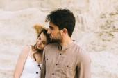 šťastný mladý pár spolu objímání