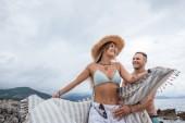 nízký úhel pohled krásných šťastný mladý pár spolu trávili čas na pláži v Černé hoře