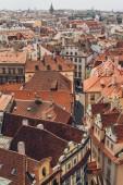 Letecký pohled na krásné staré budovy a střechy v Praze, Česká republika