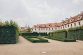 Fotografie krásná stará architektura, budovy a zelené keře v Praze, Česká republika