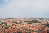 Letecký pohled na krásné panoráma Prahy se starými budovami, Karlův most a řeka Vltava