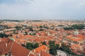 Letecký pohled na pražské panoráma s krásnou architekturou, Karlův most a řeka Vltava