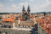 Praha, Česká republika - 23 července 2018: letecký pohled na slavného Staroměstského náměstí s turisty a krásné Panorama Praha