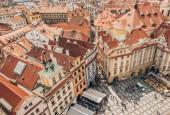 Praha, Česká republika - 23 července 2018: letecký pohled lidí na Staroměstské náměstí a krásnou architekturu v Praze, Česká republika