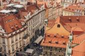 Prag, Tschechische Republik - 23. Juli 2018: Luftaufnahme von Dächern und Menschen auf den Straßen der Prager Altstadt