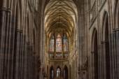 Praha, Česká republika - 23 července 2018: krásné starobylé vitráže oken uvnitř chrám sv. Víta v Praze, Česká republika