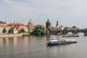 Praha, Česká republika - 23 července 2018: Karlův most a lodě na Vltavě v Praze, Česká republika