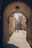 Praha, Česká republika - 23 července 2018: podloubí a lidí, kteří jdou na ulici ve starém městě, Praha, Česká republika