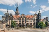 Dresden, Deutschland - 24. Juli 2018: Passanten in der Nähe von schönen Dresdner Residenzschloss oder Königspalast in Dresden, Deutschland