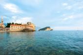 Bell Tower Sveti Ivana katedrála a Jaderské moře v Budva, Černá Hora