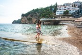 žena chůze od mola ricardova glavu pláž v Budva, Černá Hora