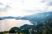 Letecký pohled na riviéře Budva, Jaderské moře a hory při západu slunce v Černé hoře