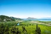 krásný výhled na zelené údolí, jezera a hory v Černé hoře