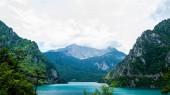 krásné Piva jezero, hory a zamračená obloha v Černé hoře