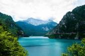 Landschaft des schönen Piva-Sees, Berge und Wolken in Montenegro