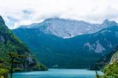 Fotografie krásná Piva jezero, hory a mraky v Černé hoře