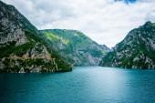 klidné modré vody Piva jezero (Pivsko Jezero) a hory v Černé hoře