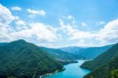 Letecký pohled na krásné jezero Piva (Pivsko Jezero) a hory v Černé hoře