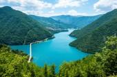 Fotografie Letecký pohled na silnici nad jezerem Piva (Pivsko Jezero) v Černé hoře