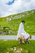 Fotografie krásná žena v hromadné krycí nadýchané psa na údolí v masivu Durmitor, Černá Hora