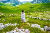 Fotografie krásná žena v dece na údolí v masivu Durmitor, Černá Hora