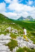 Fotografie Muž na kamenech v masivu Durmitor, Černá Hora