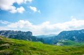 Holzhäuser am grünen Tal im Durmitor-massiv, Montenegro