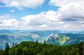 modrou oblohou nad horami v masivu Durmitor, Černá Hora
