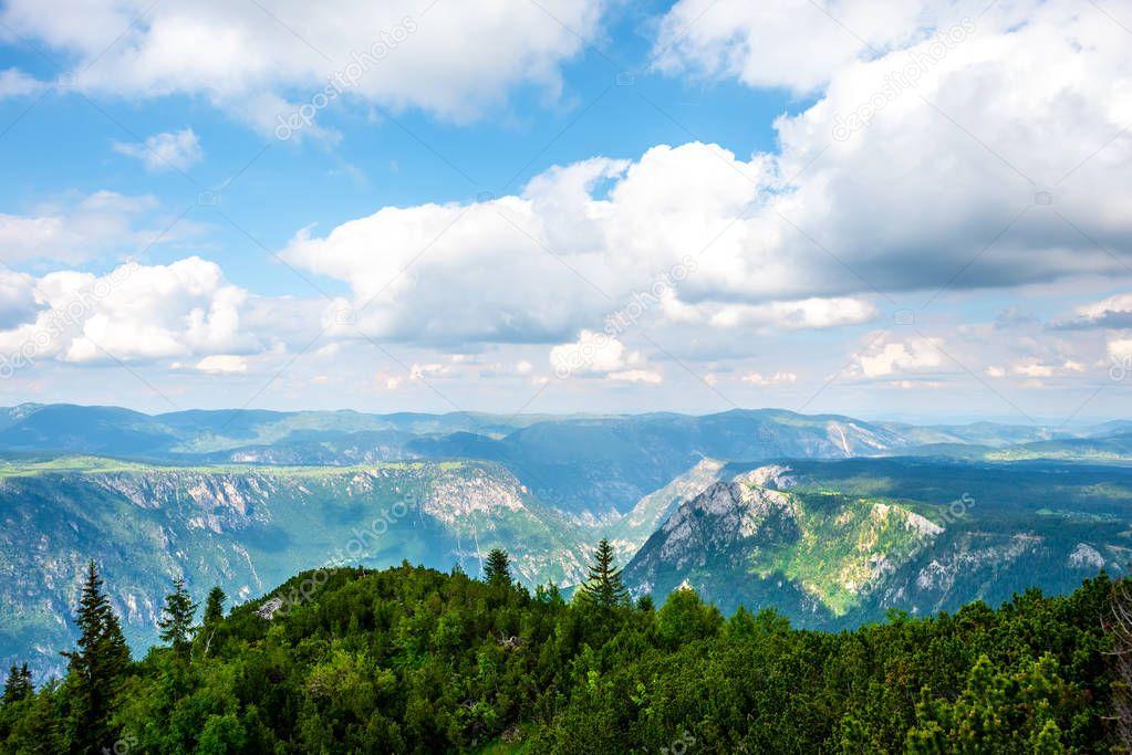 Фотообои облачно голубое небо над горами в горный массив Дурмитор, Черногория
