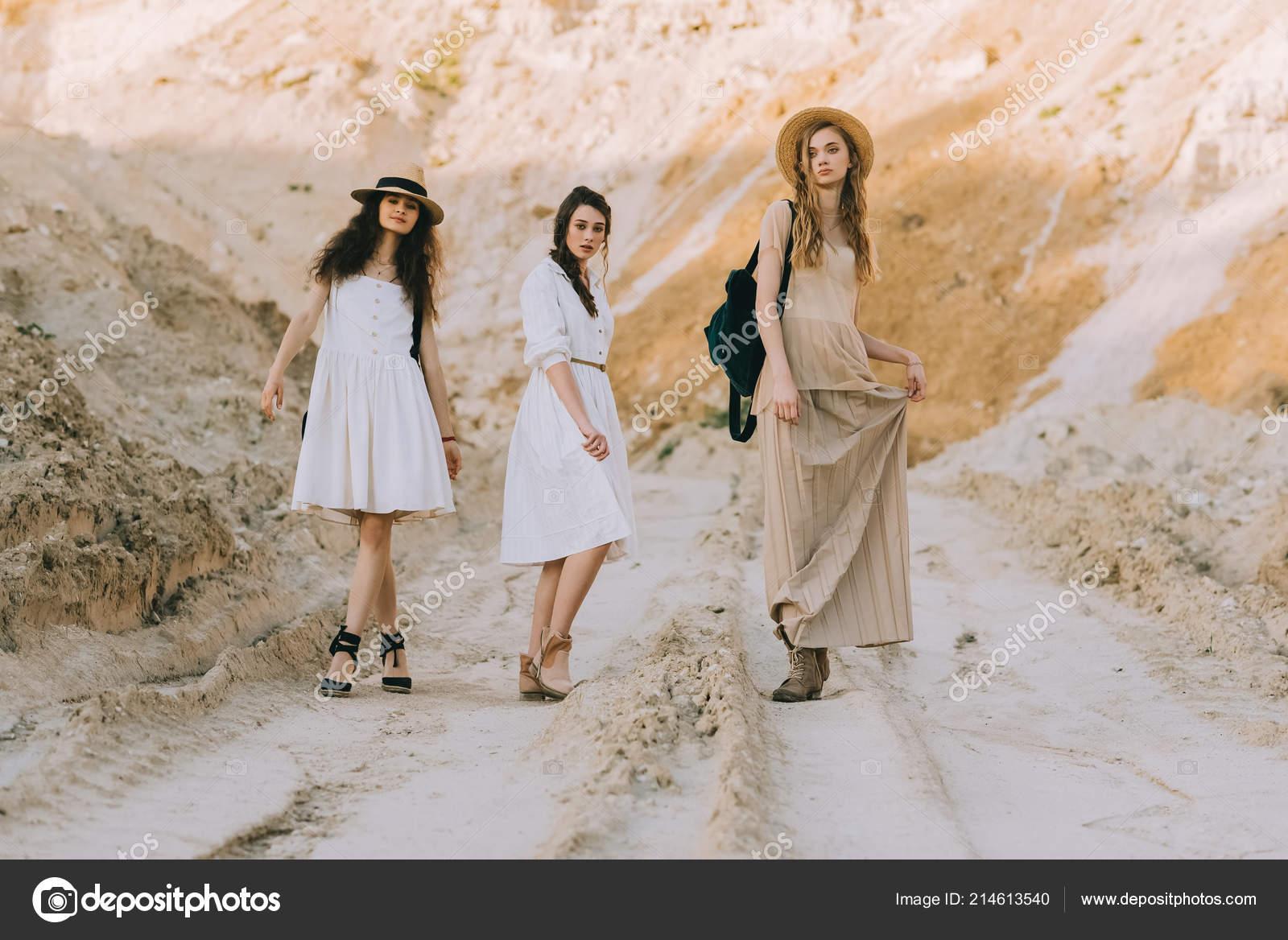 size 40 1fd87 f3437 Belle Ragazze Alla Moda Abiti Eleganti Posa Nel Canyon ...
