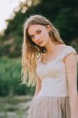portrét krásné blond Girl v elegantní módní oblečení