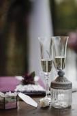 Sektgläser auf dem Hochzeitstisch