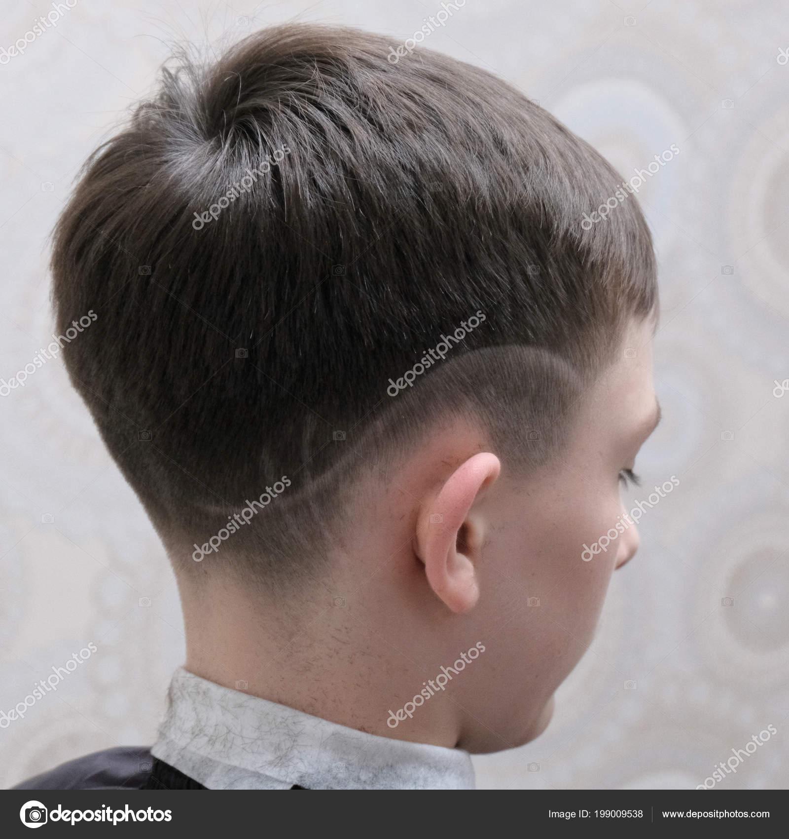 Modische Frisur Mit Einem Rasierten Muster Auf Dem Kopf Eines