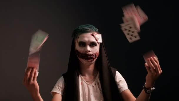 A srác a smink a formájában egy gonosz joker kártya pajzsok. Magic ábrázolása egy illuzionista, bűvész. Koncepció a Halloween party, vagy a jelmezes cosplay a Mindenszentek.
