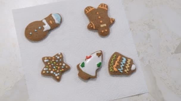 Színes ünnepi mézeskalács sütiket feküdjön egy szalvétára. Karácsonyi sütik. Fehér tábla.