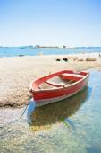 pakostane, croatia - ein rotes Ruderboot am Strand von pakostane