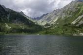 Fotografie Přehrazena morénové jezero Popradské pleso, úžasná příroda, Vysoké Tatry, Slovensko