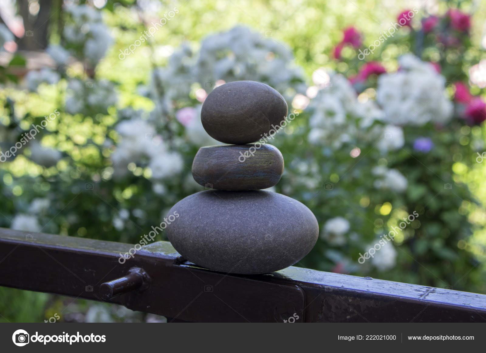 Harmonie Équilibre Cairns Poise Simple Pierres Dans Jardin Galets ...