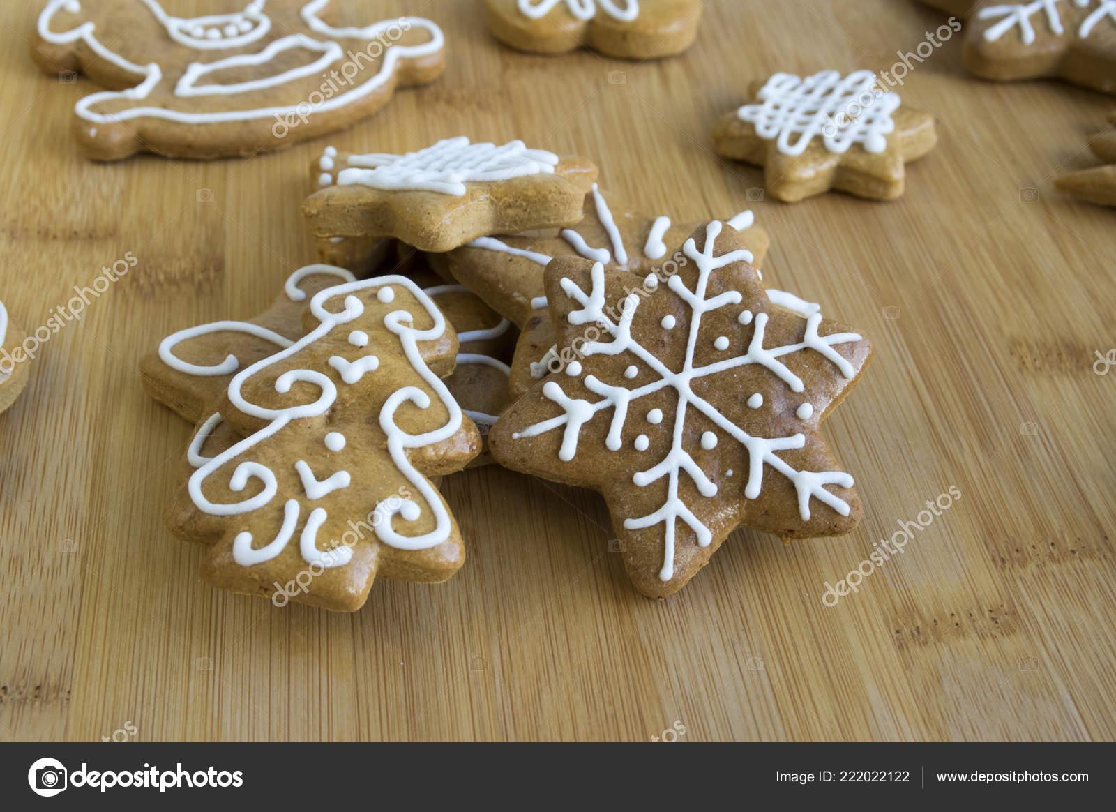 Glasur Weihnachtsplätzchen.Lackiert Leichte Braune Ingwer Brot Weiße Glasur Weihnachtsplätzchen