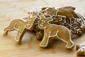 Fotografie Malte leichte braune traditionellen tschechischen Ingwer Brot, weiße, Puderzucker, Weihnachtsplätzchen, Formen - Schneeflocken, Sterne, zwei Teddybären