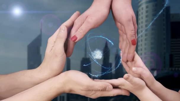 Männer, Frauen und Kinderhände zeigen ein Hologramm 3D-Geld